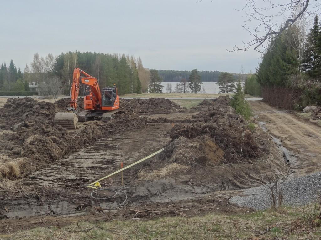 Kaivuutyöt alkoivat, oikealla puolella näkyy tontille johtava vanha tie, jota vahvistettiin ja levennettiin.