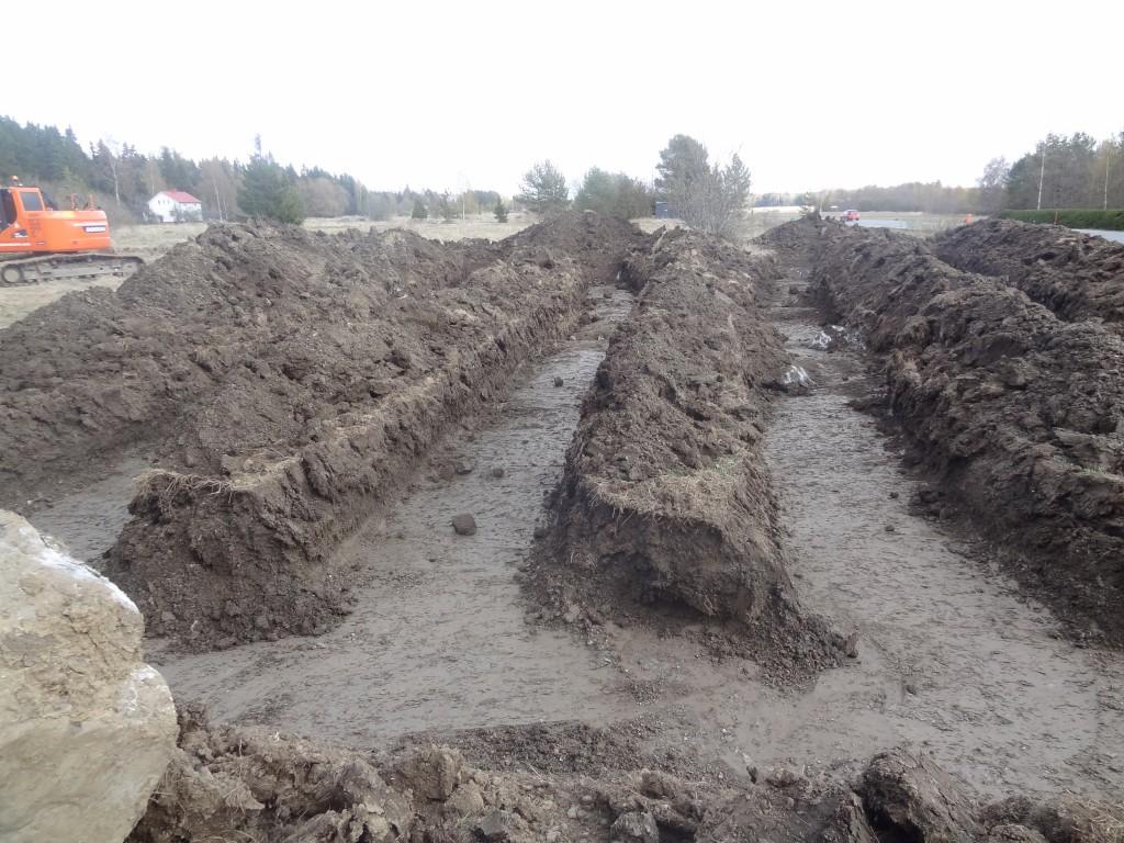Maalämmön vaakakeruupiirin kaivuutyöt käynnissä. Tontille kaivettiin 500 metriä putkea noin metrin syvyyteen, kaivannot noin 1,8 metrin välein. Tällä lämpenee noin 250 m2 rakennusala.