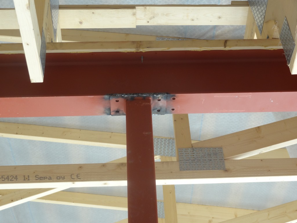 Tämä kantava pilari olisi tullut ikävästi käytävän puolelle, ellemme olisi väliseinien paikkoja merkatessamme tulleet tarkistaneeksi myös pilarin sijaintia.