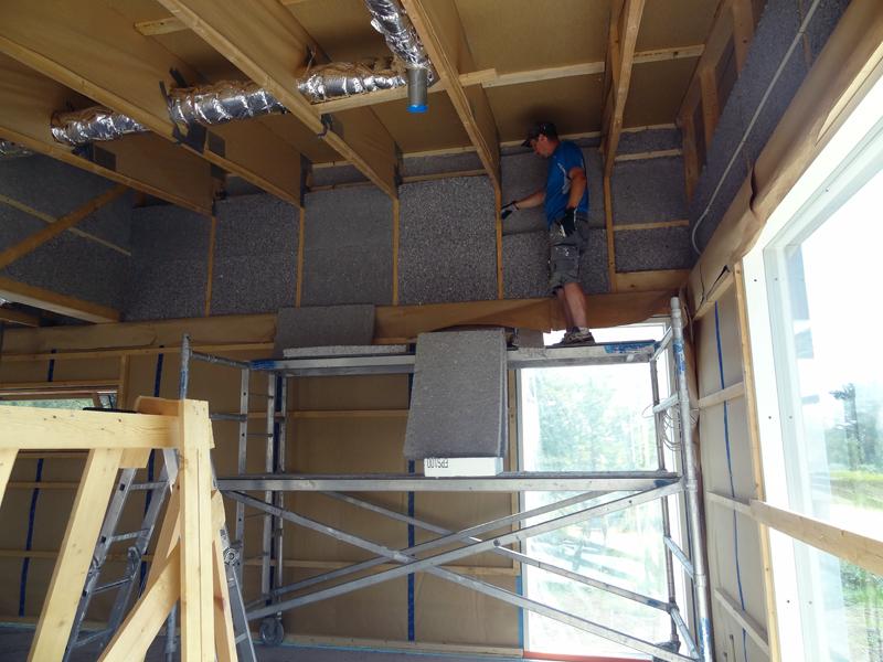 Eristämistyötä riittää, kattotuolien eristäminen kaikkineen kuului meidän vastuullemme. Tänä kesänä lämmöt nousivat katon rajassa lähemmäs 50 astetta.