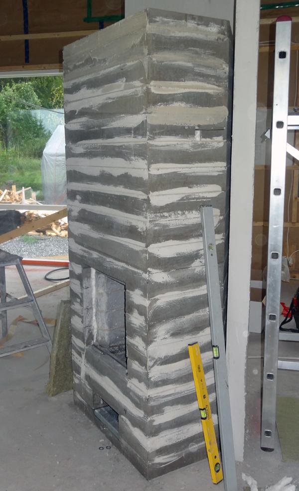 Tältä takka näyttää tätä kirjoitettaessa. Luukut ja laatat asennetaan vasta kun katon ja seinien tasoitustyöt on tehty.