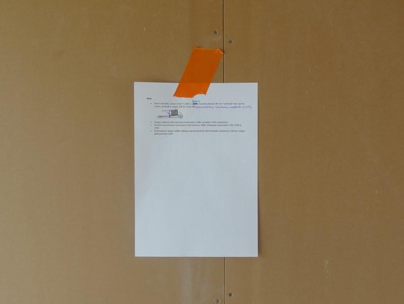 Kuvassa vanhempien makuuhuoneen ratkaisut kuvaava huonekortti. Kuten kuvasta näkyy, muutoksia tuli vielä huonekorttien tekemisen jälkeenkin. Ne oli kätevä kirjoittaa suoraan keskustelun jälkeen huonekorttiin.