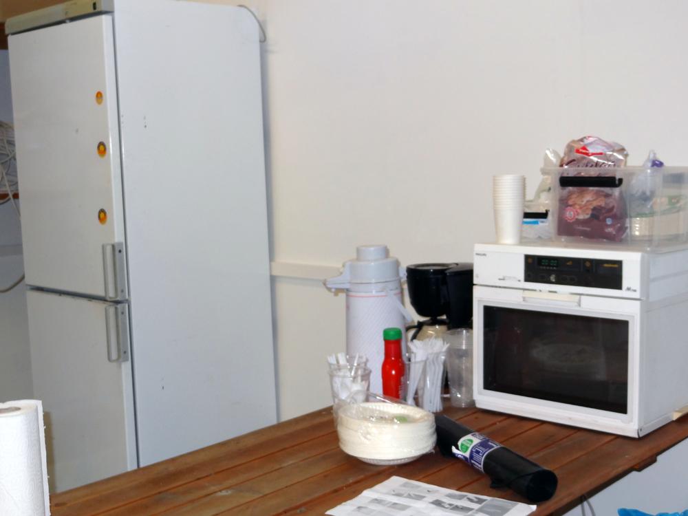 Autotalli toimii nyt myös lämpimänä työmaakoppina, jossa on helppo vaihtaa vaatteet ja syödä eväitä lastenkin kanssa.